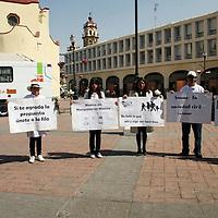 """TOLUCA, México.- la organización no gubernamental """"No Violencia Activa"""" ha iniciado una campaña que, sin pretender coartar la libertad de expresión, propone a los medios tener más cautela en el manejo de la información, y a la sociedad civil que deben hacer conciencia y transmiten a los niños y jóvenes los valores de la vida, durante una marcha por los portales de la ciudad. Agencia MVT / José Hernández. (DIGITAL)"""