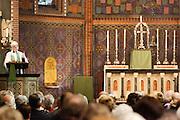 Annemiek Duurkoop houdt haar eerste toespraak als plebaan. Op zondag 31 oktober is in de Getrudiskathedraal in Utrecht  Annemieke Duurkoop als eerste vrouwelijke plebaan van Nederland geïnstalleerd. Duurkoop wordt de nieuwe pastoor van de Utrechtse parochie van de Oud-Katholieke Kerk (OKK), deze kerk heeft geen band met het Vaticaan. Een plebaan is een pastoor van een kathedrale kerk, die eindverantwoordelijk is voor een parochie. Eerder waren bij de OKK al twee vrouwelijk priesters geïnstalleerd, maar die zijn geen plebaan.<br /> <br /> Annemieke Duurkoop is giving her first speech as dean. At the St Getrudiscathedral in Utrecht the first female dean of the Old-Catholic Church (OKK), Annemieke Duurkoop, is installed together with a new pastor Bernd Wallet. The church has no connections with the Vatican.