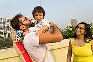 Pappa Ashish Pathak och mamma Suchi Shah Pathak tillsammans med sonen Ishan Pathak. Bombay, Indien