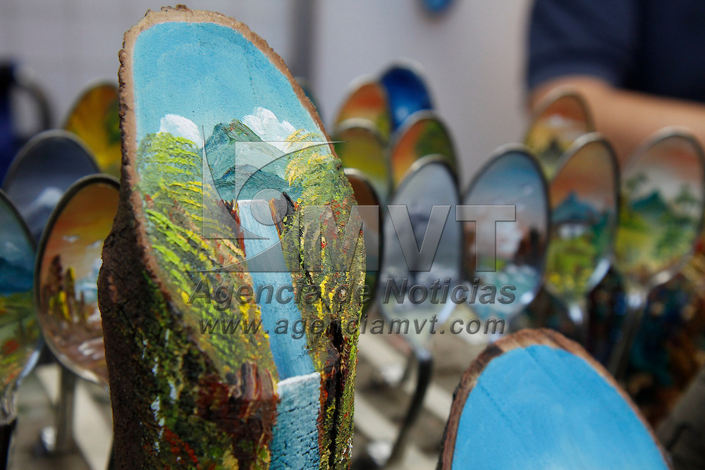 TOLUCA, México.- Alrededor de 200 artesanos representativos de las 17 ramas artesanales que operan en el Estado de México se dieron cita en la Plaza González Arratia en donde se lleva a cabo la Feria Artesanal Mexiquense, que se mantendrá abierta del 30 de noviembre al 4 de diciembre, mostrando una gran variedad de artesanías para todos los gustos y bolsillos. Agencia MVT / Crisanta Espinosa. (DIGITAL)