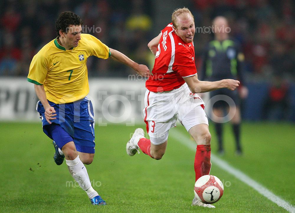 Fussball Internationales Freundschaftsspiel  Schweiz - Brasilien           Ludovic MAGNIN (rechts, SUI) im Zweikampf mit ELANO (links, BRA).