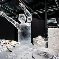 Nederland, Amsterdam, 2 december 2016.<br />ijsbeelden festival op de Arena Boulevard in Amsterdam Zuid-Oost.<br />Het Nederlands IJsbeelden Festival pakt dit jaar extragroots uit. Met meer dan 100 ijs- en sneeuwbeelden tot wel 6 meter hoog. Gemaakt van 275.000 kilo ijs en 275.000 kilo sneeuwdoor de 42 beste ijskunstenaars van de wereld. Ruim 3.000 m² wintervertier voor de hele familie.<br />Het Nederlands IJsbeelden Festival staat in de TOP-5 van 'Meest leuke en best bezochte winteruitjes van Nederland'.<br />Op de foto: Uit ijs gehouwen Armin van Buuren.<br /><br /><br /><br />Foto: Jean-Pierre Jans