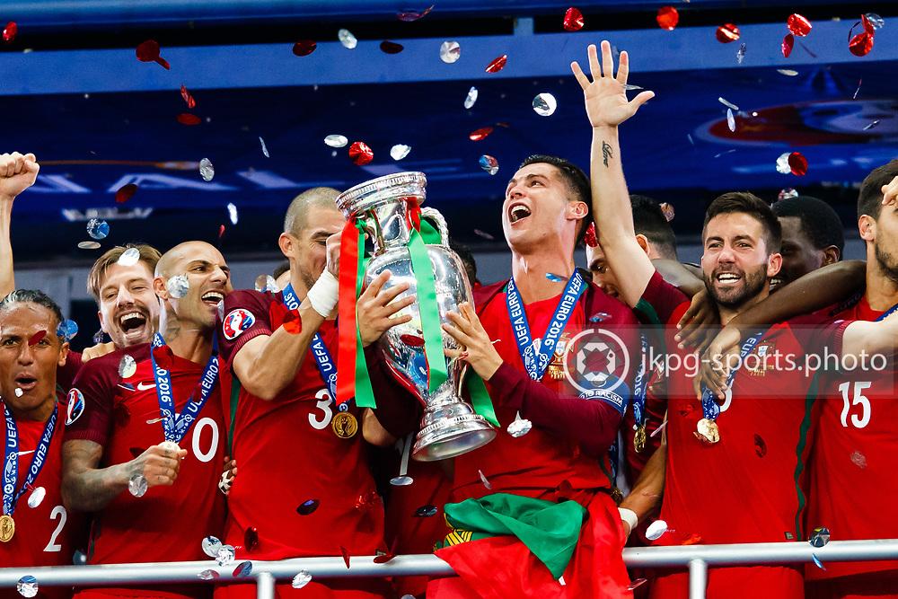 July 10 2016, UEFA Euro 2016, Final Portugal - France<br /> (3) Pepe Kleper Laveran Lima Ferreira and (7) Cristiano Ronaldo with the trophy together with team Portugal.<br /> Editorial Use Only.<br /> Local caption:<br /> Em Fotboll, Final, Portugal - Frankrike, 20160710<br /> (3) Pepe och (7) Cristiano Ronaldo med pokalen, omgivna av det Portugisiska laget.<br /> Endast f&ouml;r redaktionellt bruk.<br /> &copy; Daniel Malmberg/IBL/All Over Press