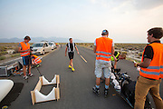 Robert Braam stapt in de VeloX V. Het team test de VeloX V in de woestijn. Het Human Power Team Delft en Amsterdam (HPT), dat bestaat uit studenten van de TU Delft en de VU Amsterdam, is in Amerika om te proberen het record snelfietsen te verbreken. Momenteel zijn zij recordhouder, in 2013 reed Sebastiaan Bowier 133,78 km/h in de VeloX3. In Battle Mountain (Nevada) wordt ieder jaar de World Human Powered Speed Challenge gehouden. Tijdens deze wedstrijd wordt geprobeerd zo hard mogelijk te fietsen op pure menskracht. Ze halen snelheden tot 133 km/h. De deelnemers bestaan zowel uit teams van universiteiten als uit hobbyisten. Met de gestroomlijnde fietsen willen ze laten zien wat mogelijk is met menskracht. De speciale ligfietsen kunnen gezien worden als de Formule 1 van het fietsen. De kennis die wordt opgedaan wordt ook gebruikt om duurzaam vervoer verder te ontwikkelen.<br /> <br /> Robert Braam gets in the VeloX V. The team tests the VeloX V. The Human Power Team Delft and Amsterdam, a team by students of the TU Delft and the VU Amsterdam, is in America to set a new  world record speed cycling. I 2013 the team broke the record, Sebastiaan Bowier rode 133,78 km/h (83,13 mph) with the VeloX3. In Battle Mountain (Nevada) each year the World Human Powered Speed Challenge is held. During this race they try to ride on pure manpower as hard as possible. Speeds up to 133 km/h are reached. The participants consist of both teams from universities and from hobbyists. With the sleek bikes they want to show what is possible with human power. The special recumbent bicycles can be seen as the Formula 1 of the bicycle. The knowledge gained is also used to develop sustainable transport.