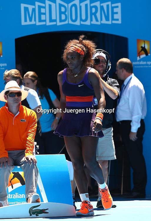 Australian Open 2013, Melbourne Park,ITF Grand Slam Tennis Tournament,.Serena Williams (USA) kommt zurueck auf den Centre Court nach einer Behandlung wegen Verletzung,Einzelbild,Ganzkoerper,Hochformat,Pause,