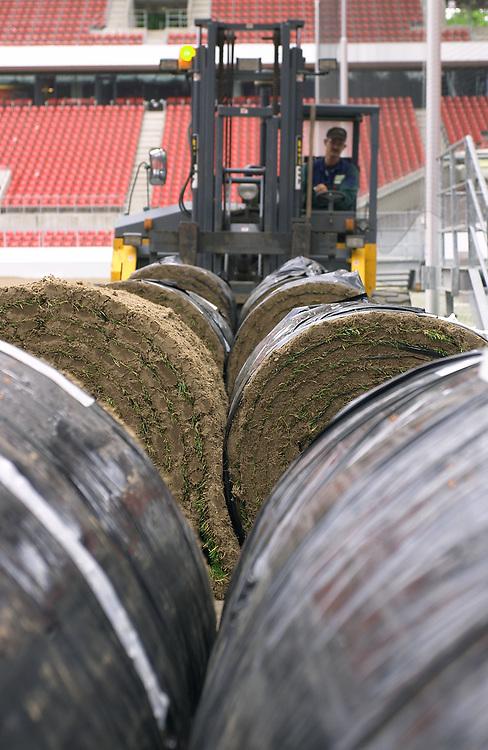 Deutschland - Fussballweltmeisterschaft 2006<br />WM Rasen - die Spur der Halme: woher kommt der<br />Rasen und wie kommt er in die Stadien ?<br />HIER: Rhein-Energie-Stadion K&ouml;ln, Testverlegung f&uuml;r<br />den FIFA-ConFed-Cup; Rollrasen; 1 Rolle wiegt ca. 1 Tonne; Anlieferung mit Gabelstapler...<br />02.06.2005<br />&copy;  jungeblodt.com