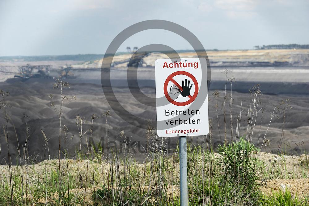 Ein &quot;Achtung Betreten Verboten&quot; steht am 12.05.2016 bei Welzow, Deutschland an der Kante des Braunkohlentagebau Welzow-S&uuml;d. &Uuml;ber das Pfingstwochenende wollen mehrere Tausend Aktivisten den Braunkohlentagebau  blockieren um gegen die Nutzung von fossilen Brennstoffen zu protestieren. Foto: Markus Heine / heineimaging<br /> <br /> ------------------------------<br /> <br /> Ver&ouml;ffentlichung nur mit Fotografennennung, sowie gegen Honorar und Belegexemplar.<br /> <br /> Bankverbindung:<br /> IBAN: DE65660908000004437497<br /> BIC CODE: GENODE61BBB<br /> Badische Beamten Bank Karlsruhe<br /> <br /> USt-IdNr: DE291853306<br /> <br /> Please note:<br /> All rights reserved! Don't publish without copyright!<br /> <br /> Stand: 05.2016<br /> <br /> ------------------------------