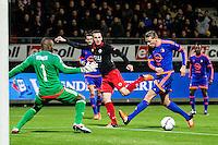 ROTTERDAM - SBV Excelsior - Feyenoord , Voetbal , Seizoen 2015/2016 , Eredivisie , Stadion Woudestein , 28-11-2015 , Excelsior speler Jeff Stans schiet de bal tussen Keeper van Feyenoord Kenneth Vermeer (l) en Sven van Beek (r) en geeft de assist voor de 1-2