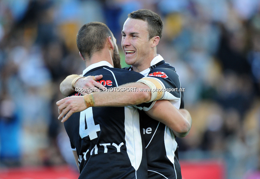 James Maloney hugs Simon Mannering.<br />