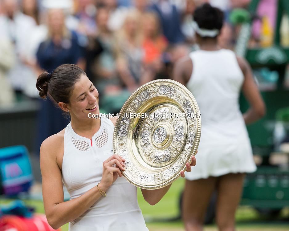GARBI&Ntilde;E MUGURUZA (ESP) schaut auf die Schale,Pokal, im Hintergrund Finalistin Venus Williams,Endspiel, Final,Siegerehrung,Praesentation.<br /> <br /> Tennis - Wimbledon 2016 - Grand Slam ITF / ATP / WTA -  AELTC - London -  - Great Britain  - 15 July 2017.