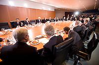 14 DEC 2008, BERLIN/GERMANY:<br /> Uebersicht Sitzngssaal Konjunkturgespraech mit Frank-Walter Steinmeier (Mi-L), SPD, Budnesaussenminister und Angela Merkel (Mi-R), CDU, Bundneskanzlerin, Sitzung der Expertenrunde Wirtschaft zur Banken- und Finanzkrise / Wirtschaftskrise, Kabinettsaal, Bundeskanzleramt<br /> IMAGE: 20081214-01-030<br /> KEYWORDS: Finanzkrise, Bankenkrise, Konjunkturgespräch