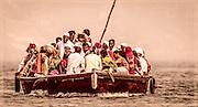Eine Gruppe von Pilgern auf dem Ganges. Interessanterweise schaut niemand die Natur oder den Sonnenaufgang an - alle schauen zur Bootsmitte.
