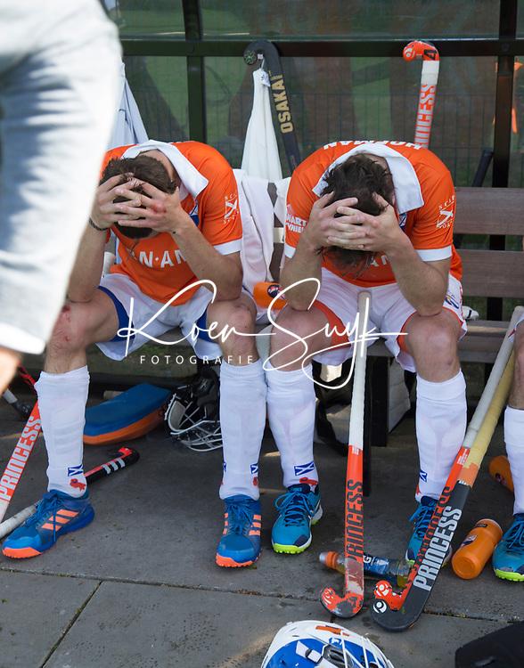 BLOEMENDAAL  -   Teleurstelling bij vlnr Florian Fuchs (Bloemendaal) , Rogier Hofman (Bloemendaal)  na   de verloren play-off wedstrijd heren hoofdklasse Bloemendaal-Kampong (0-2) . Kampong plaatst zich voor de finale.  COPYRIGHT KOEN SUYK