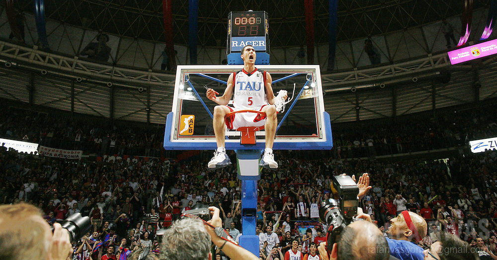 TAU Baskonia's Pablo Prigioni shouts from the basket after winnig the Spanish Basket league beating Barcelona at the Fernando Buesa Arena, on June 3, 2008, in Vitoria, north of Spain.