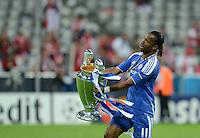 FUSSBALL   SAISON 2011/2012   CHAMPIONS LEAGUE FINALE FC Bayern Muenchen - FC Chelsea  19.05.2012 JUBEL mit CHL Pokal; Matchwinner Didier Drogba (FC Chelsea)