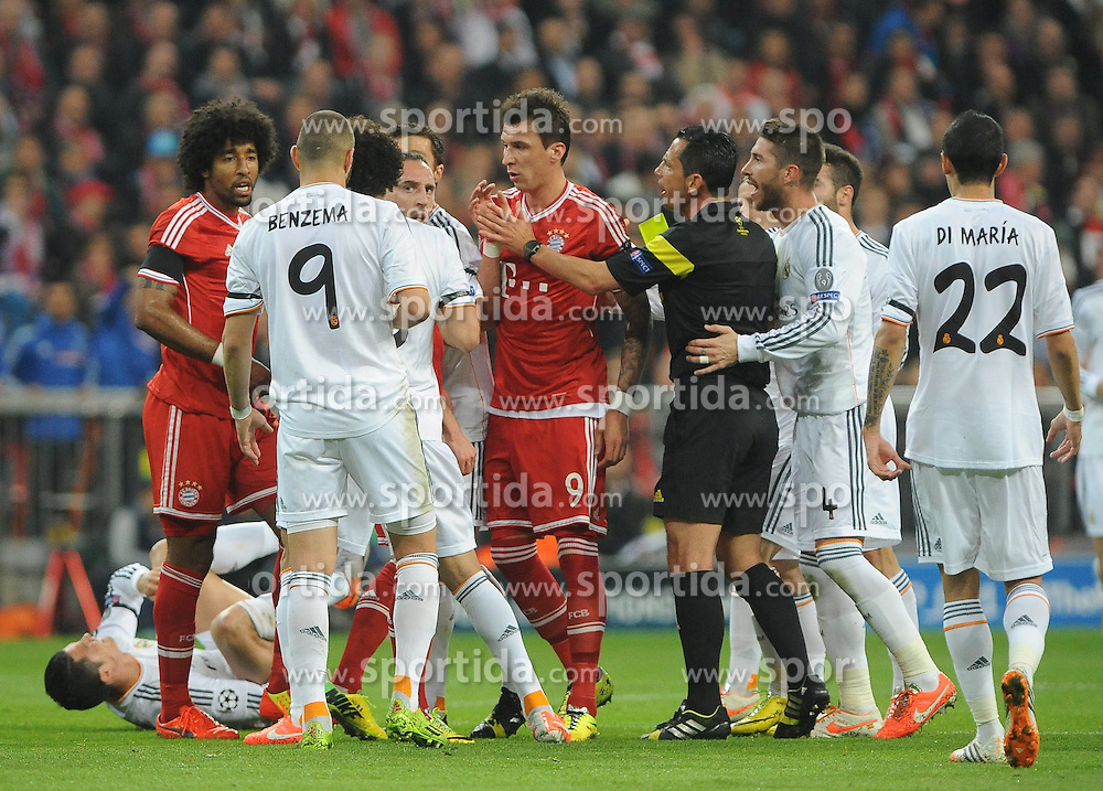29.04.2014, Allianz Arena, Muenchen, GER, UEFA CL, FC Bayern Muenchen vs Real Madrid, Halbfinale, Ruckspiel, im Bild Dante (FC Bayern Muenchen) hat Cristiano Ronaldo (Real Madrid) gefoult, wofuer er die gelbe Karte bekommt. // during the UEFA Champions League Round of 4, 2nd Leg Match between FC Bayern Munich vs Real Madrid at the Allianz Arena in Muenchen, Germany on 2014/04/29. EXPA Pictures &copy; 2014, PhotoCredit: EXPA/ Eibner-Pressefoto/ Stuetzle<br /> <br /> *****ATTENTION - OUT of GER*****
