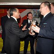 NLD/Huizen/20060324 - Afscheid burgemeester Jos Verdier van de bevolking als burgemeester van Huizen, krijgt een kado van de brandweer Huizen