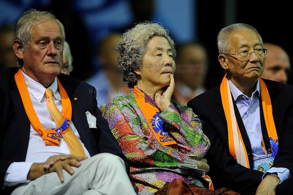 26-06-2010 VOLLEYBAL: WLV NEDERLAND - BRAZILIE: ROTTERDAM<br /> Nederland verliest met 3-1 van Brazilie / FIVB President Mr. Jizong Wei en zijn vrouw, Ahmed Aboutaleb, Hans Nieukerke, Marcel Sturkenboom en Henk Gemser<br /> &copy;2010-WWW.FOTOHOOGENDOORN.NL