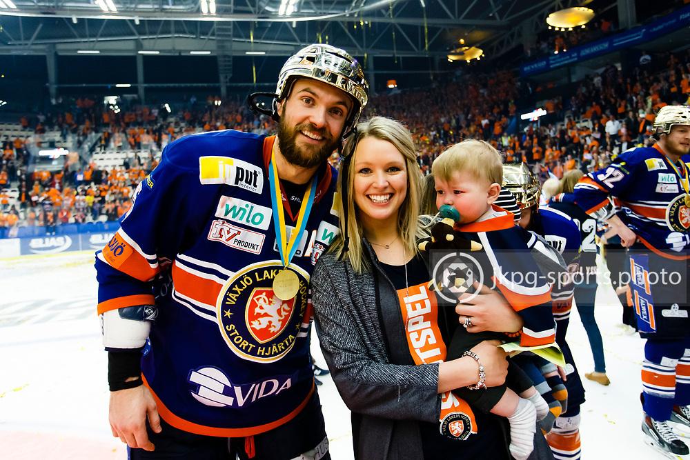 150423 Ishockey, SM-Final, V&auml;xj&ouml; - Skellefte&aring;<br /> Noah Welch med frun Alissa och sonen.<br /> &copy; Daniel Malmberg/Jkpg sports photo