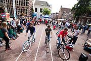 Studenten doen mee met slow biking. In Utrecht de introductiedagen, onder de noemer UIT, van start gegaan. Eerstejaars studenten maken onder begeleiding van ouderejaars kennis met elkaar en de stad waar ze gaan studeren<br /> <br /> In Utrecht new students meet each other and the city during the introduction week.