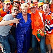 NLD/Amsterdam/20100605 - Amsterdamdiner 2010, Erica Terpstra tussen de Oranje supporters