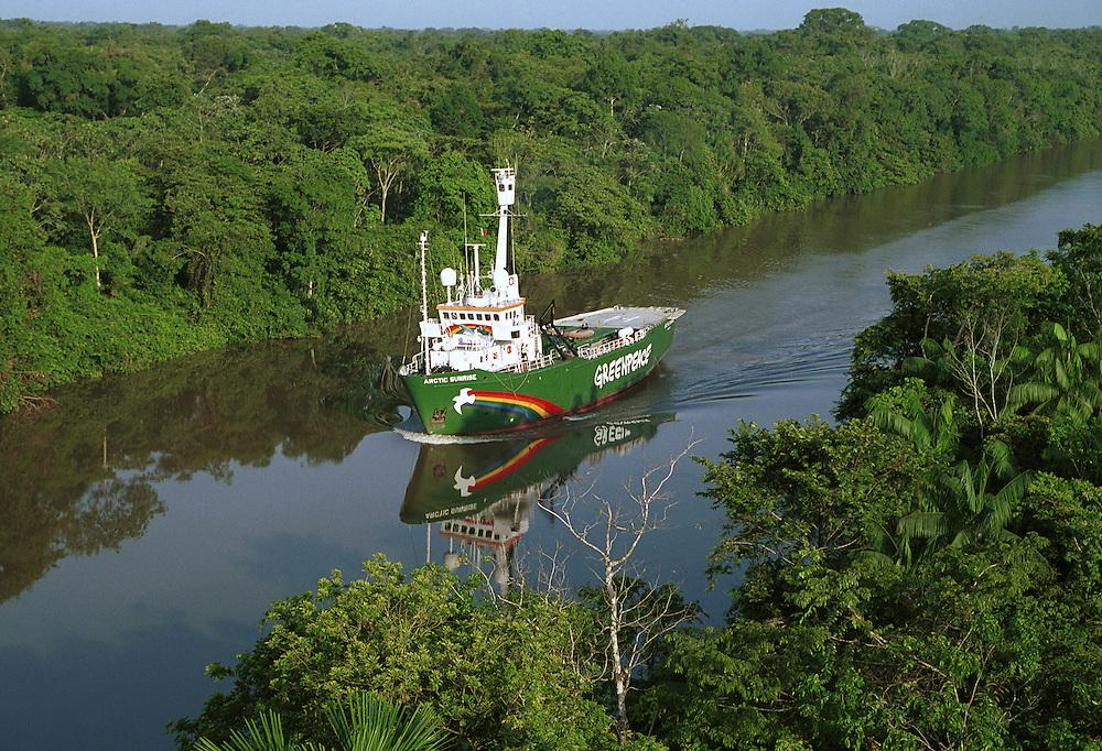18/10/2001. Furo do Tapajus (Brazil). The MV Arctic Sunrise on her way to Belem..(C)Daniel Beltr·/Greenpeace