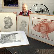 NLD/Huizen/20060425 - Paul Schiffer met tekeningen van leden van het koningshuis