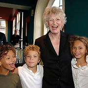 NLD/Amsterdam/20061001 - Uitreiking Blijvend Applaus prijs 2006, Adele Bloemendaal en kleinkinderen Amber Linn, Tim, Jesse