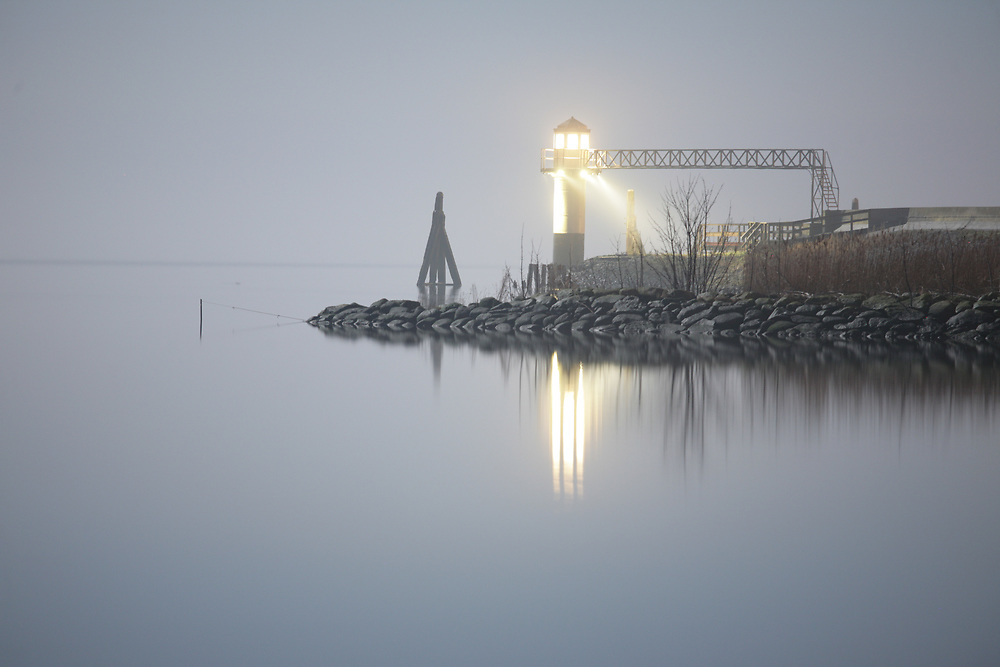 The old lighthouse of Oostmahorn at the Lauwersmeer at night, moonlit // Het oude vuurtorentje van Oostmahorn 's nachts bij maanlicht.