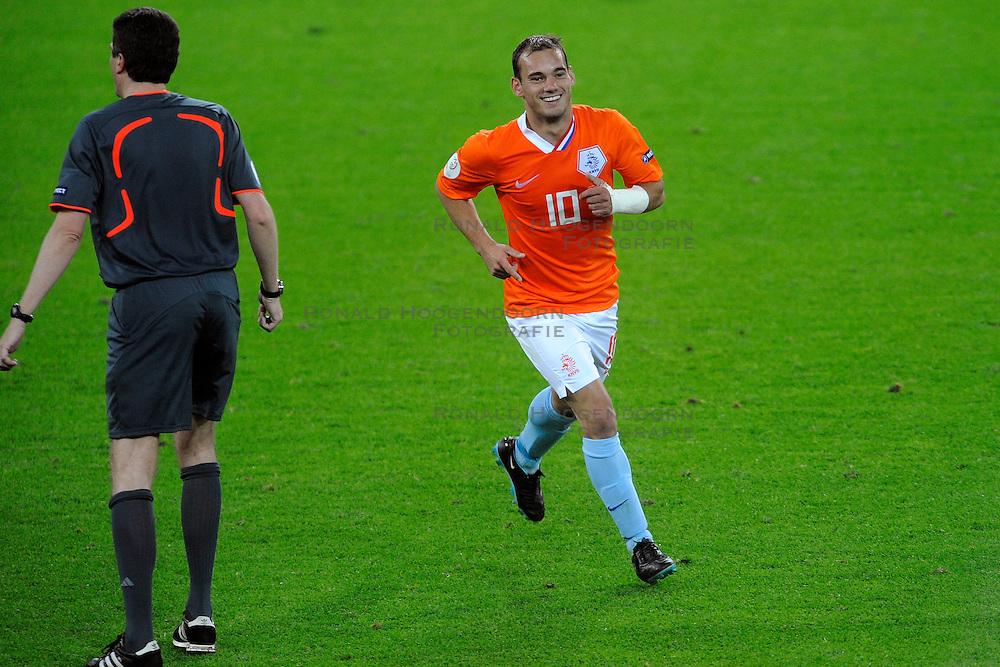 13-06-2008 VOETBAL: EURO 2008 NEDERLAND - FRANKRIJK: BERN <br /> Nederland wint met 4-1 van Frankrijk en plaatst zich als groepswinnaar voor de volgende ronde / Wesley Sneijder scoort de 4-1<br /> &copy;2008-WWW.FOTOHOOGENDOORN.NL