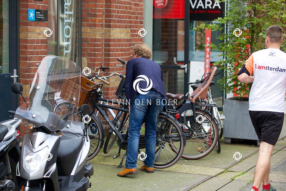 AMSTERDAM - Dennis van der Ven komt aangefietst op het Westergasfabriek. FOTO LEVIN DEN BOER - PERSFOTO.NU