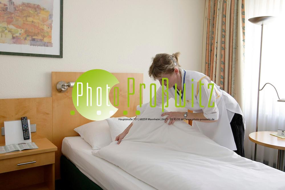 Mannheim. Steubenhof Hotel. Eine Hausdame k&cedil;mmert sich um ein Bett. Betten machen im Hotel. Hotelbett.<br /> <br /> Bild: Markus Proflwitz / masterpress /   *** Local Caption *** masterpress Mannheim - Pressefotoagentur<br /> Markus Proflwitz<br /> C8, 12-13<br /> 68159 MANNHEIM<br /> +49 621 33 93 93 60<br /> info@masterpress.org<br /> Dresdner Bank<br /> BLZ 67080050 / KTO 0650687000<br /> DE221362249