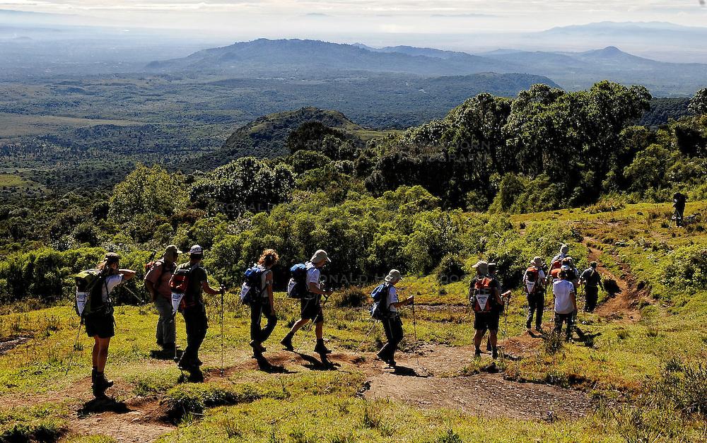 15-10-2008 REPORTAGE: KILIMANJARO CHALLENGE 2008: TANZANIA <br /> De dag van Miriakamba Huts (2514m) naar Momella Gate (1514). De Kilimanjaro Challenge van de BvdGf.<br /> ©2008-FotoHoogendoorn.nl