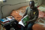 Falaye Sissoko studeert voor zijn Franse les op zondag, in een gemeenschappelijke slaapkamer in een kraakpand. Sinds 2011 wonen 150 Afrikaanse migranten in een voormalige fabriek in de Parijse voorstand Montreuil, omdat ze illegaal in Frankrijk verblijven, kunnen ze geen woonruimte huren. In het 450 m2 grote pand wonen jonge mannen uit Malië, Ivoorkust, Bukina Faso, Niger.
