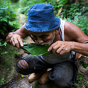 Raul Hernandez drinking water with the aid of a sheet of cocoa. Francisco Sarabia comm,,,unity