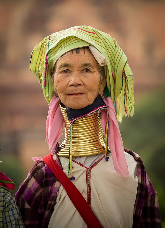 Bagan, I grenseomr&aring;det mellom Burma og Nord-Thailand bor Kayan-folket. Disse har den merkelige tradisjonen at kvinner setter messingringer rundt halsen. Allerede i 5-&aring;rsalderen f&aring;r sm&aring;jenter de f&oslash;rste ringene. Hvert tredje &aring;r legges det p&aring; nye, og kvinnene b&aelig;rer disse gjennom hele livet. Resultatet er at det ser ut til at de f&aring;r en ekstrem lang hals.<br /> Kayan-folket er en undergruppe av de mer kjente Karen-folket. I Burma kaller de seg Paduang, mens helt nord i Thailand &ndash; i provinsen Mae Hong Son kaller de seg for Kayan.<br /> Kvinnene identifisere seg med sin annen form for p&aring;kledning, og er kjent for sine mange og tunge halsringer, eller rettere sagt en lang tykk messingtr&aring; som er kveilet runt halsen. Mange av kvinnene livn&aelig;rer seg med &aring; vise seg frem for turister og &aring; selge h&aring;ndverksprodukter.<br /> <br /> Etter hvert som det blir flere ringer, &oslash;ker vekten av messing og skyver kragebeinet ned og komprimerer brystkassen. I motsetning til det mange tror, er halsen faktisk ikke forlenget, men det gir en illusjonen av en strukket fordi kragebenet er deformert.<br /> <br /> Mange ideer om hvorfor denne skikken har oppst&aring;tt er lagt frem og antropologer har gjentatte ganger fors&oslash;kt &aring; finne ut hvorfor. En av teorinene er at ringene beskytter kvinnene fra &aring; bli slaver hos andre stammer, rett og slett at de er mindre attraktive. I kontrast til dette er en annen teori at messingringene gj&oslash;r kvinnene mer seksuelt attraktive. Det er ogs&aring; foresl&aring;tt at spolene gj&oslash;r at kvinnene f&aring;r en likhet med en drage. Drager er en viktig figur hos Kayan-folkets folketro. Den tradisjonelle religion hos Kyan-folket kalles Kan Khwan, og denne har v&aelig;rt praktisert siden folk migrerte fra Mongolia i l&oslash;pet av bronsealderen. I denne troen ligger at Kayan-folket er et resultat av en union mellom en kvinnelig drage og en hybrid