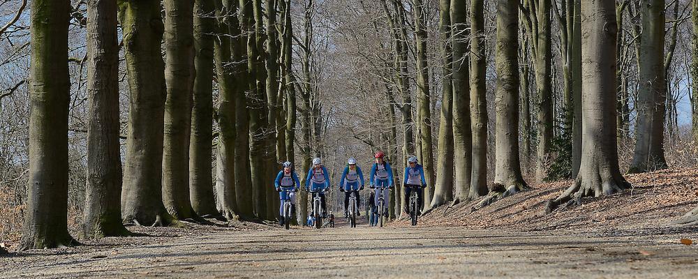 01-04-2013 ALGEMEEN: WE BIKE 2 CHANGE DIABETES: ARNHEM<br /> In de bossen bij Papendal werd de tweede meeting van de BvdGf gehouden met een fotosessie en een stukje biken / (L-R) Els, Petra, Marion, Natalie, Nicole<br /> &copy;2013-FotoHoogendoorn.nl