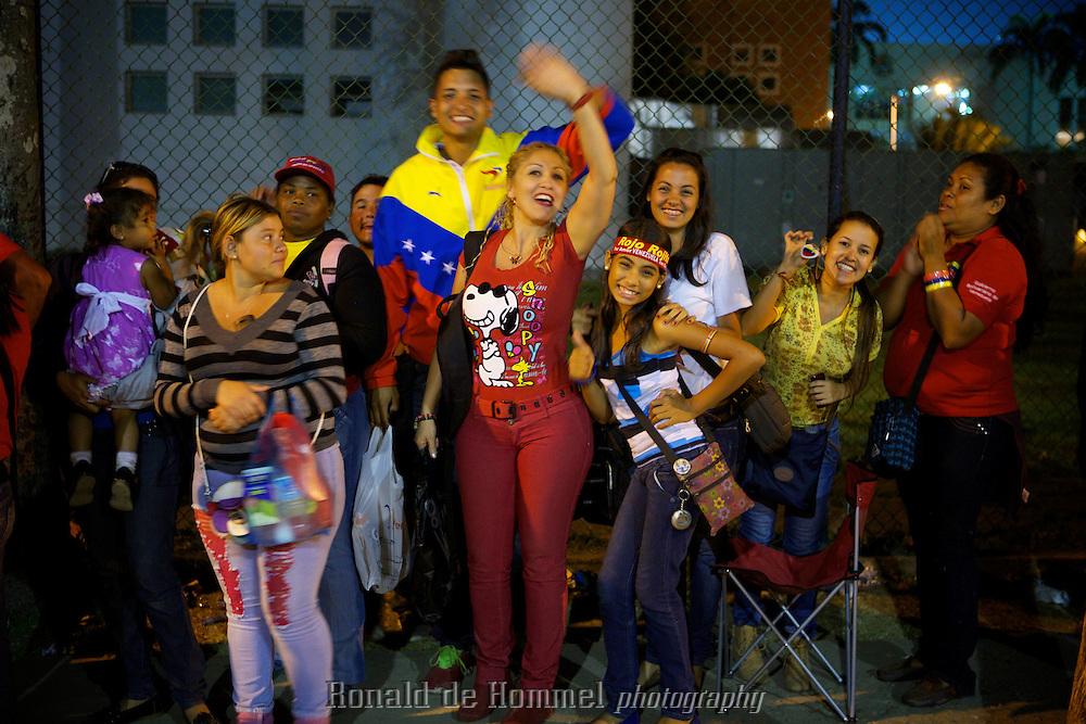 Tienduizenden Venezolanen zijn verzameld op het immense plein voor de Militaire Academie in Caracas. ze staan uren, soms wel een dag in de rij om een laatste glimp op te vangen van hun overleden leider Hugo Chavez. ..Tens of thousands of Venezuelans are queuing up for hours to see a last glimpse of President Hugo Chavez in front of the military academy where his, not yet embalmed, body is shown to the mourning people.