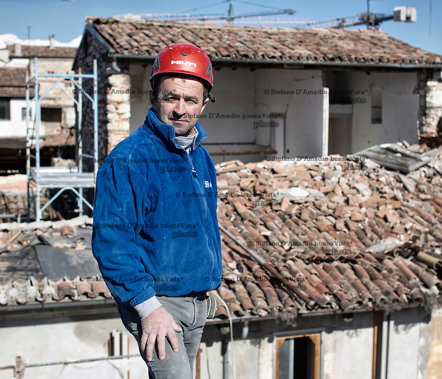 Operaio in un cantiere dell'Aquila<br />