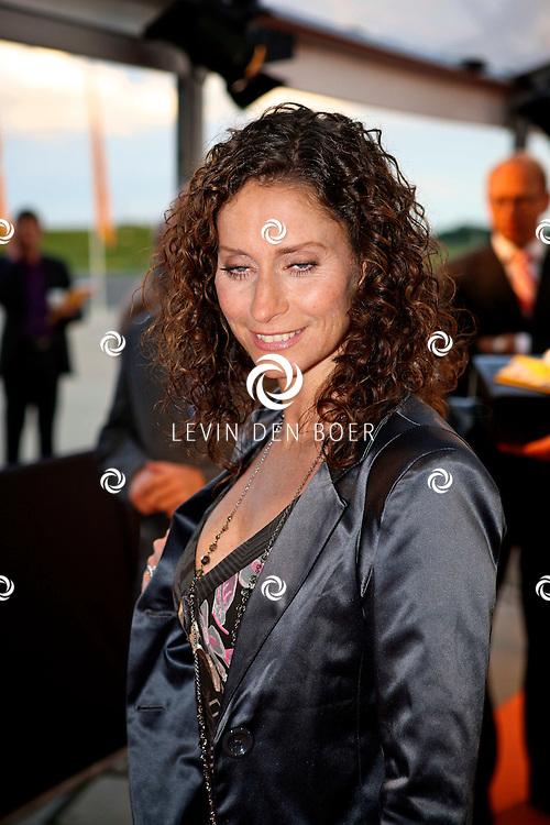 KATWIJK - Op vliegbasis Valkenburg hield Soldaat van Oranje een tweede premiere ter gelegenheid van een nieuwe Cast.  Met op de foto Pia Douwes. FOTO LEVIN DEN BOER - PERSFOTO.NU