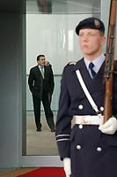 25 FEB 2002, BERLIN/GERMANY:<br /> Gerhard Schroeder, SPD, Bundeskanzler, wartet auf einen Gast, Bundeskanzleramt<br /> IMAGE: 20020225-02-003<br /> KEYWORDS: Gerhard Schröder, Wachsoldat, Soldat, Wachbataillon, Bundeswehr