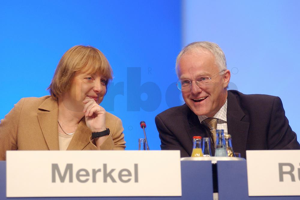 11 NOV 2002, HANNOVER/GERMANY:<br /> Angela Merkel (L), CDU Bundesvorsitzende, und Juergen Ruettgers (R), CDU Landesvors. NRW, im Gespraech, CDU Bundesparteitag, Hannover Messe<br /> IMAGE: 20021111-01-007<br /> KEYWORDS: Parteitag, party congress, J&uuml;rgen R&uuml;ttgers, Gespr&auml;ch