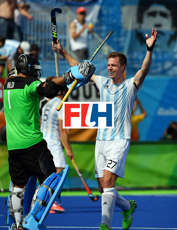 Argentina's Lucas Rossi (R) celebrates winning the men's semifinal field hockey Argentina vs Germany match of the Rio 2016 Olympics Games at the Olympic Hockey Centre in Rio de Janeiro on August 16, 2016. / AFP / Pascal GUYOT        (Photo credit should read PASCAL GUYOT/AFP/Getty Images)