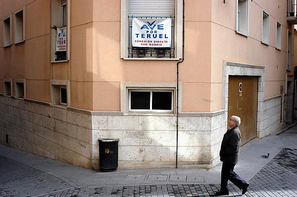 Spanje, Aragon, 11-2-2005..De stad Teruel in het zuiden van Aragon. De regio, streek is arm en leidt aan leegloop. Het is een achtergesteld gebied. Men heeft tevergeefs geprobeerd te worden aangesloten op het spoornet van de hogesnelheidstrein...Foto: Flip Franssen/Hollandse Hoogte