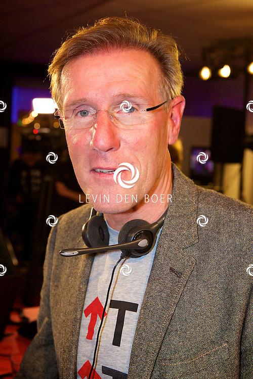 LELYSTAD - In theater Schouwburg Agora hield de publieke omroep een tv actie om nieuwe donateurs te krijgen voor de Kanker Stichting KWF. Deze actie is genaamd 'Sta op tegen Kanker'. Diversen bekende nederlanders deden hun woordje tijdens deze actie. Met hier op de foto  Hans van Breukelen. FOTO LEVIN DEN BOER - PERSFOTO.NU