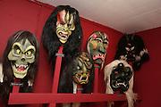 Moderne Varianten einer Tradition im Wandel: Die fratzenartigen, furchterregenden Masken sind das Markenzeichen des Lötschentals und ein jahrhundertealter Fasnachstbrauch. Die Figur hat sich im Laufe der Zeut gewandelt. © Romano P. Riedo
