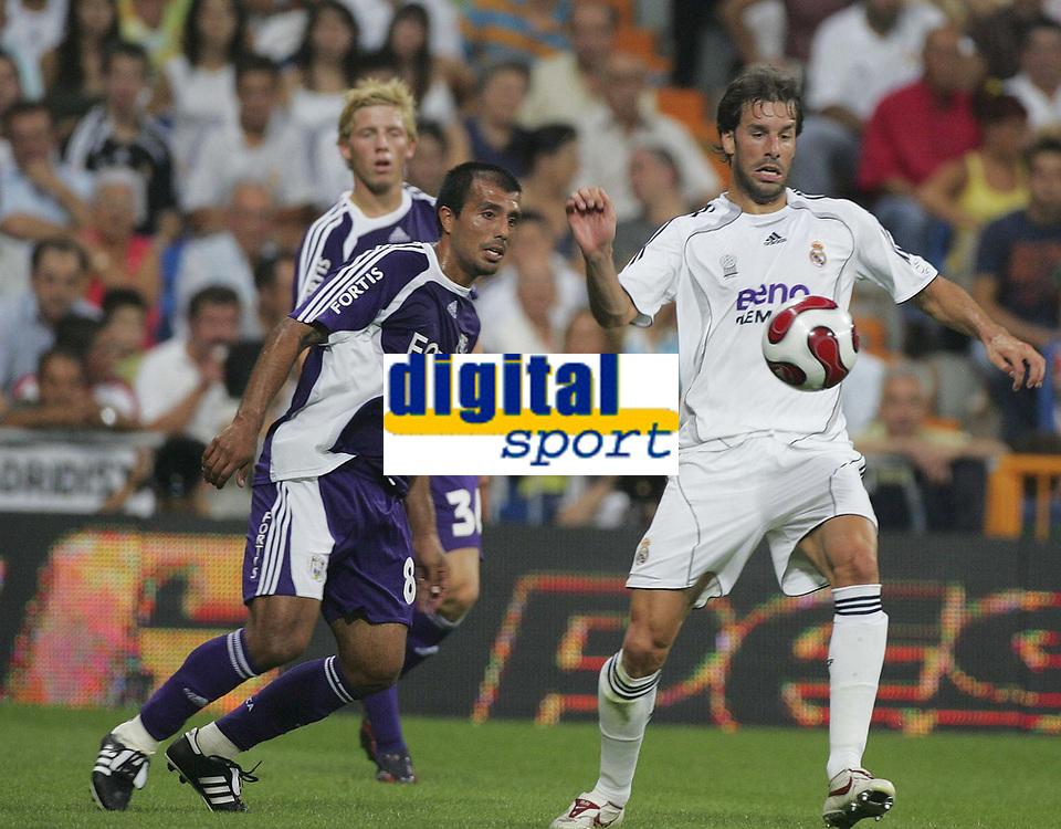 Fotball<br /> Belgia<br /> Foto: PhotoNews/Digitalsport<br /> NORWAY ONLY<br /> <br /> MADRID  23/08/2006<br /> FRIENDLY GAME <br /> REAL MADRID vs RSC ANADERLECHT<br /> <br /> CHRISTIAN LEIVA - RUUD VAN NISTELROOY