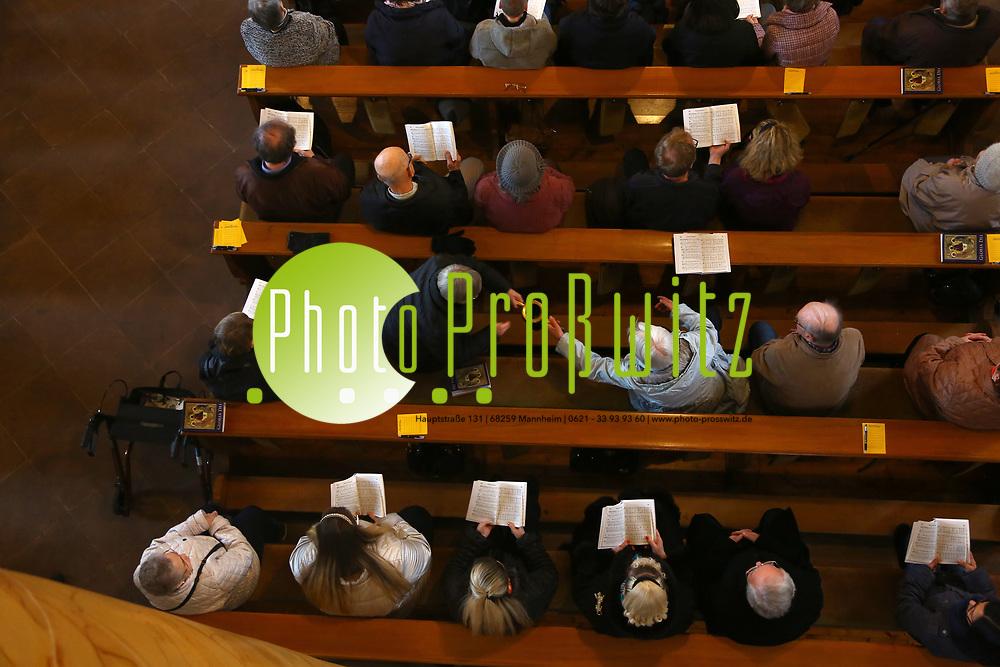 Mannheim. 11.03.17 | BILD- ID 015 |<br /> Innenstadt. Marktplatz. Marktplatzkirche St. Sebastian. Stay &amp; Pray. <br /> Im M&auml;rz startet mit &bdquo;Stay &amp; Pray&ldquo; in der Mannheimer Marktplatzkirche St. Sebastian ein neues Gottesdienstformat in der Quadratestadt. Dieses offene spirituelle Angebot soll Menschen viermal im Jahr  jeweils samstagabends die M&ouml;glichkeit geben, Kirche einmal anders zu erleben. Die Besucher bestimmen, ob sie sich eine kurze oder auch l&auml;ngere Auszeit g&ouml;nnen &ndash; frei nach der biblischen Aufforderung &bdquo;Stay &amp; Pray &ndash; Wachet und betet.&ldquo; (Matth&auml;us 26,41). <br /> <br /> Der &bdquo;Stay &amp; Pray&ldquo;-Abend beginnt mit der Messe in St. Sebastian um 17 Uhr. Anschlie&szlig;end steht die Kirche bis 22 Uhr offen. Zum Abschluss gibt es ein Nachtgebet &ndash; die Komplet &ndash; mit eucharistischem Segen. <br /> <br /> Bild: Markus Prosswitz 11MAR17 / masterpress (Bild ist honorarpflichtig - No Model Release!)