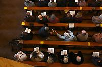 Mannheim. 11.03.17   BILD- ID 015  <br /> Innenstadt. Marktplatz. Marktplatzkirche St. Sebastian. Stay &amp; Pray. <br /> Im M&auml;rz startet mit &bdquo;Stay &amp; Pray&ldquo; in der Mannheimer Marktplatzkirche St. Sebastian ein neues Gottesdienstformat in der Quadratestadt. Dieses offene spirituelle Angebot soll Menschen viermal im Jahr  jeweils samstagabends die M&ouml;glichkeit geben, Kirche einmal anders zu erleben. Die Besucher bestimmen, ob sie sich eine kurze oder auch l&auml;ngere Auszeit g&ouml;nnen &ndash; frei nach der biblischen Aufforderung &bdquo;Stay &amp; Pray &ndash; Wachet und betet.&ldquo; (Matth&auml;us 26,41). <br /> <br /> Der &bdquo;Stay &amp; Pray&ldquo;-Abend beginnt mit der Messe in St. Sebastian um 17 Uhr. Anschlie&szlig;end steht die Kirche bis 22 Uhr offen. Zum Abschluss gibt es ein Nachtgebet &ndash; die Komplet &ndash; mit eucharistischem Segen. <br /> <br /> Bild: Markus Prosswitz 11MAR17 / masterpress (Bild ist honorarpflichtig - No Model Release!)