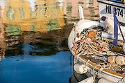 Reflets dans l'eau et barque de pêche dans le quartier du vieux port de Cannes // Reflections on water in old port of cannes